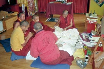 Mönche beim Füller der Stupa