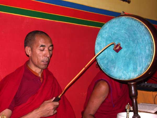 Mönche bei den Gebeten